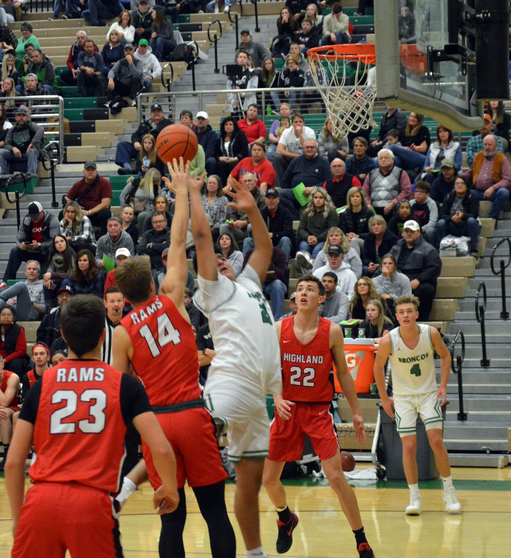 REACH.++Melvin+Arroyo+%2811%29+rebounds+the+ball