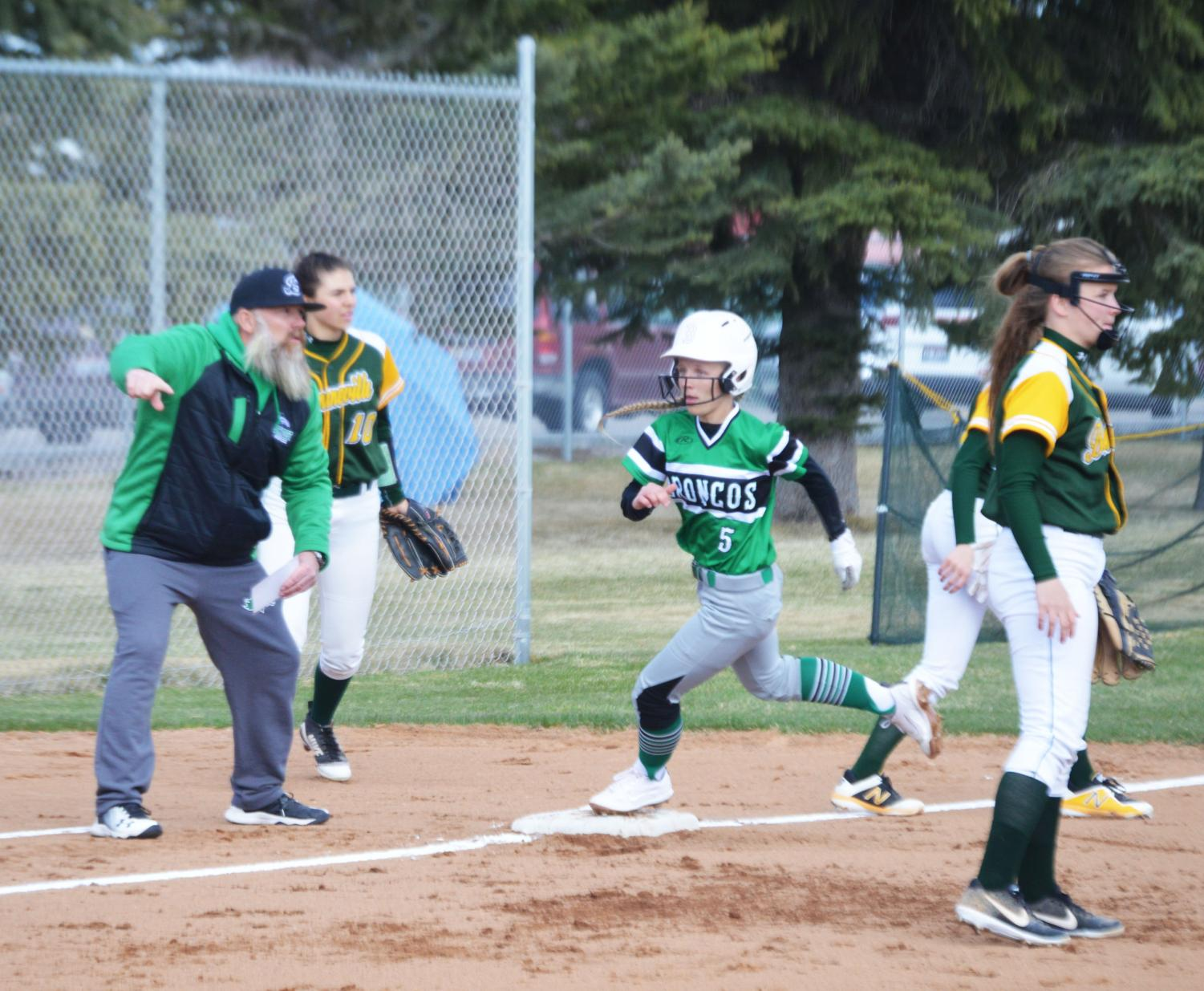 COMIN%27+IN+HOT.+Ahna+Yancey+%2812%29+running+in+to+third+base.+